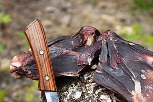 Lufttorkad och lättrökt. Det gamla klassiska sättet att äta renkött. Torkad Renbog ätes i tunna skivor som den är.
